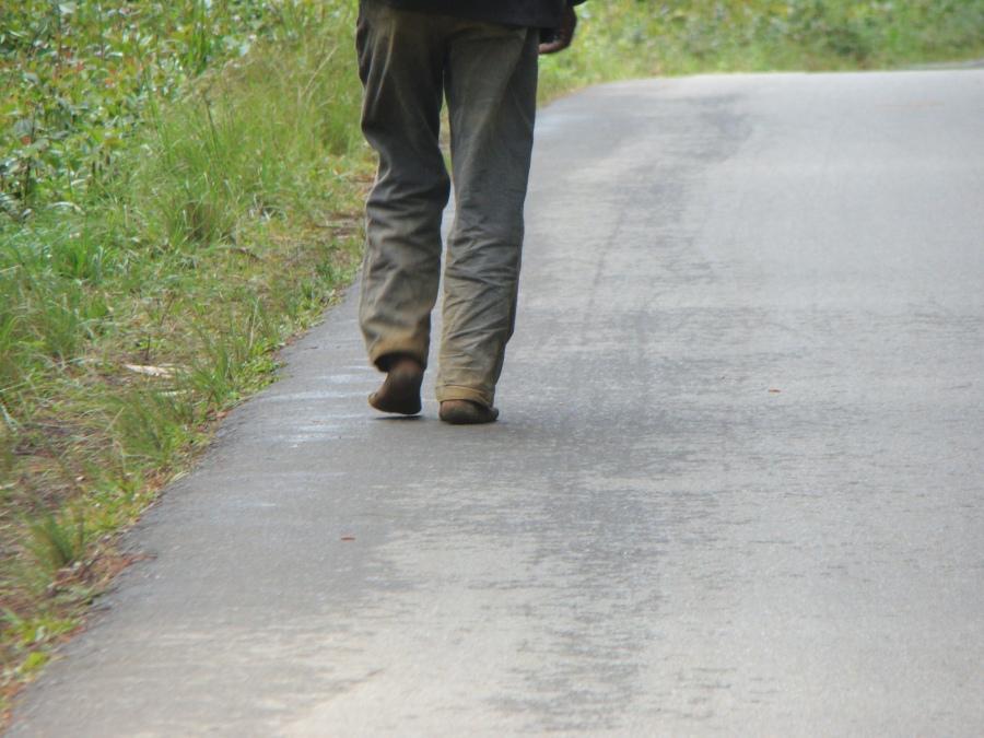 Hombre andando por la carretera, Magagascar, 2011