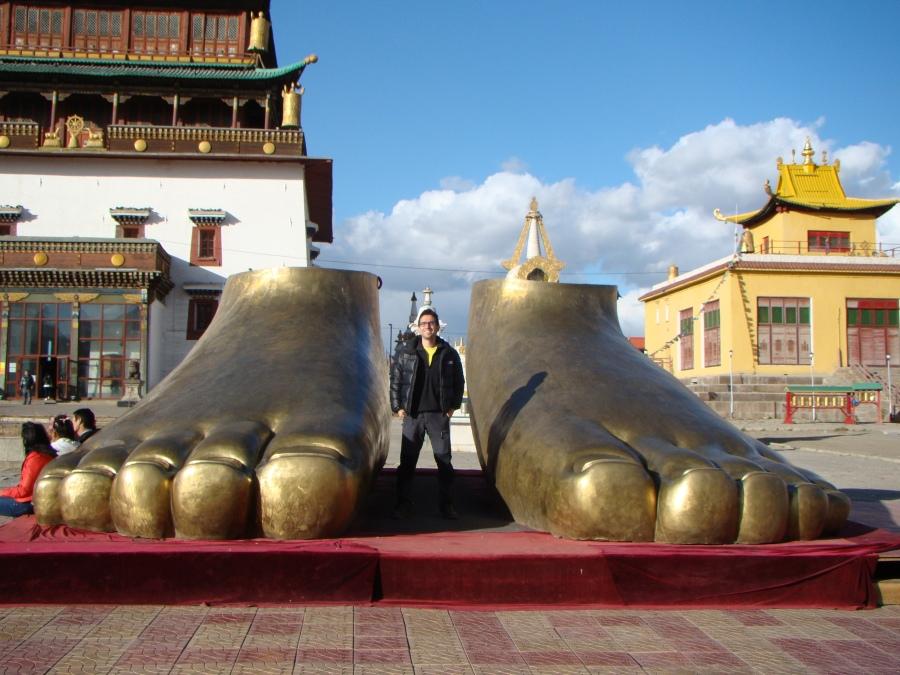 Pies de oro en monasterio budista, Ulan Bator, Mongolia, 2012