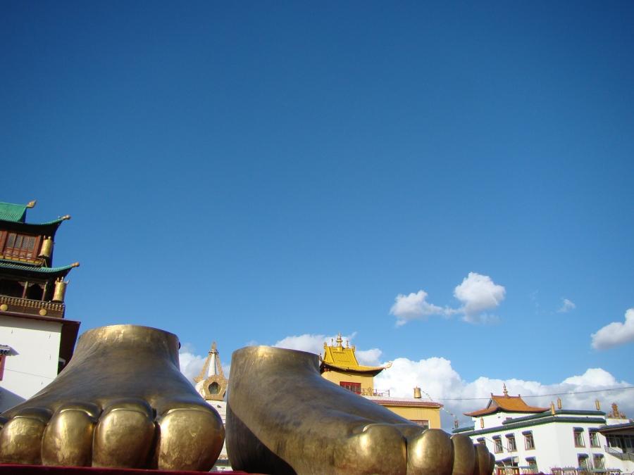 Pies en monasterio budista, Ulan Bator,
